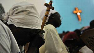 Donna del Sud Sudan in preghiera. Foto di Roberto Schmidt, Afp, Getty Images