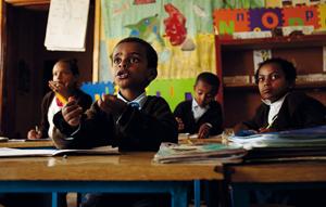 Piccoli alunni di una scuola per sordomuti di Addis Abeba usano il linguaggio dei segni per interagire con la maestra (foto A. RICHTER/AURORA PHOTOS/CORBIS)
