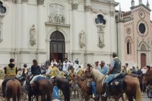 I cavalieri davanti alla Basilica di Monte Berico. In copertina, la partenza da Brendola, casa madre della santa Bertilla Boscardin