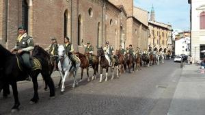 I cavalieri arrivano al Vescovado affiancando la Cattedrale