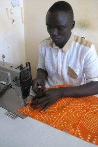 Aprile 2015 - Dakar, Senegal - Ed ecco il sarto al lavoro (ph Romina Gobbo)