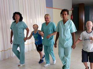 Alcuni bambini seguiti dal centro, con le operatrici. In copertina, suor Renata Giandesin con due dei piccoli ospiti