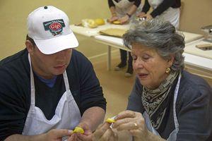 """Una delle nonne volontarie, che insegnano a fare i tortellini e gli altri tipi di pasta """"secondo tradizione"""""""