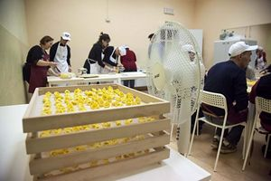 """Un momento di lavoro al laboratorio """"Il Tortellante"""". In copertina: lo chef Massimo Bottura con alcuni dei partecipanti. Bottura e la moglie Lara Gilmore da tempo sostengono l'associazione modenese """"Aut Aut"""" onlus"""