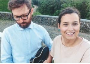 Giuseppe alla chitarra e Anita mentre si prepara a cantare