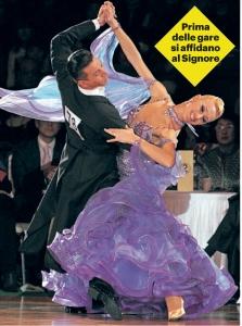 La coppia impegnata in un suggestivo passo di danza