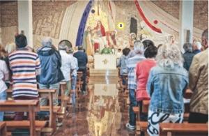 I fedeli davanti al mosaico di padre Rupnik
