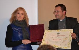 Romina Gobbo premiata dal vescovo mons. Andrea Migliavacca