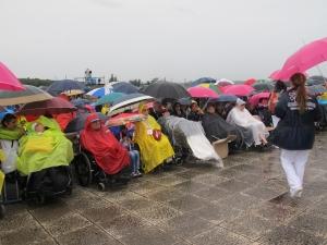 In prima fila, come voluto da papa Bergoglio, le persone disabili (foto di Romina Gobbo)