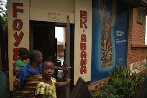 Marveille con altre ospiti di Ek'Abana davanti all'ingresso della comunità (foto di Francesco Cavalli)